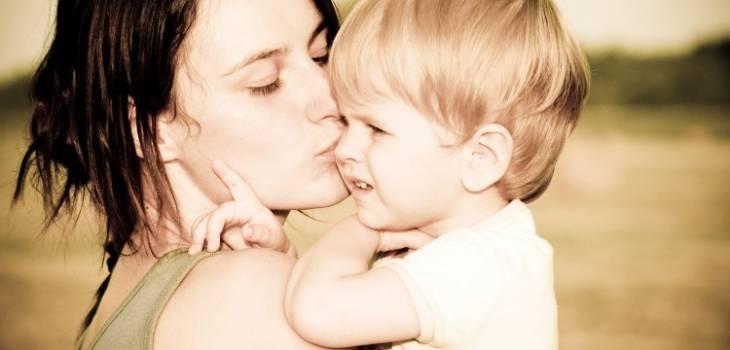 Especialista explica por qué no se debe obligar a los niños a dar besos y abrazos